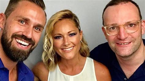 Der ehemann von gesundheitsminister jens spahn (40, cdu) ist ebenfalls positiv auf corona getestet worden. Gesundheitsminister Jens Spahn und Ehemann treffen Helene ...