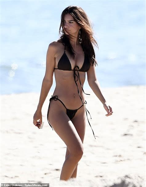 Emily Ratajkowski flashes her svelte beach body in a ...