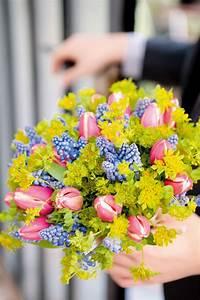 Bouquet De Printemps : bouquet r aliser avec les premi res fleurs du printemps des tulipes et des muscaris ~ Melissatoandfro.com Idées de Décoration