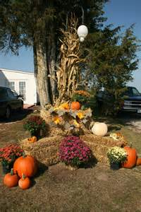 Outdoor Fall Displays Using Hay Bales