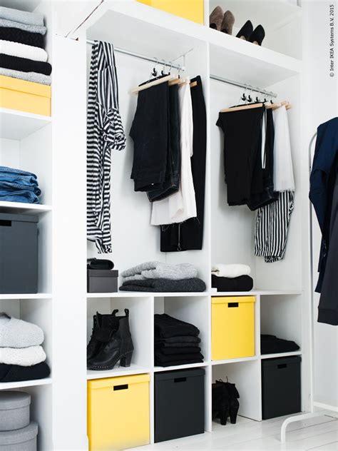 Kleiderschrank Nach Farben Sortieren by Offener Kleiderschrank Wei Kleider Schuhe Ordnen Ordnung