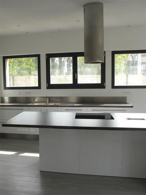cuisiniste omer cuisine moderne laquée blanc brillant gilles martel