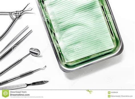 outils de bureau le bureau de dentiste avec des outils pour des dents s