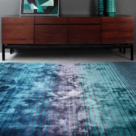 tapis moderne bleu indigo raye en viscose fait main