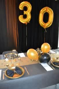 soir 233 e chic 30 ans d 233 co table noir et chemin de table dor 233 pliage serviette noeud pap avec une