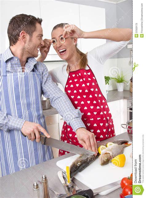 couples amour cuisine couples dans l 39 amour faisant cuire ensemble dans la