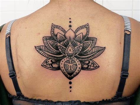 tatouage femme dos tatouage femme lotus mandala dos encre tatouage femme