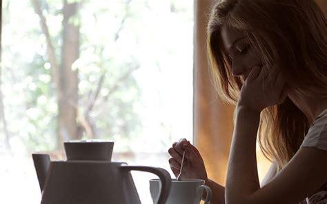 Resultado de imagen de mujer tomando cafe triste