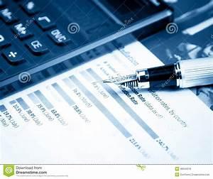 Diagramme Et Graphique Financiers Pr U00e8s De Stylo Et De Calculatrice Photo Stock
