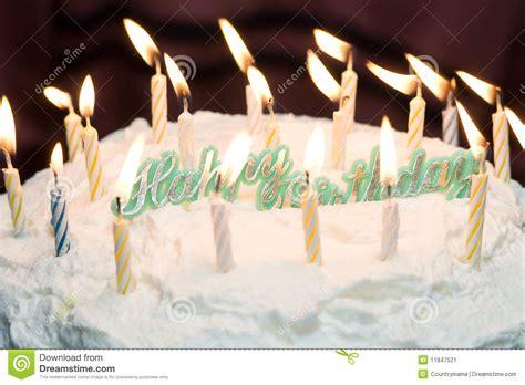 candele di compleanno torta di buon compleanno con le candele immagine stock