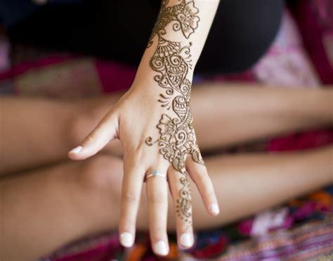 henna handgelenk henna das indische bodypainting f 252 r den sommer