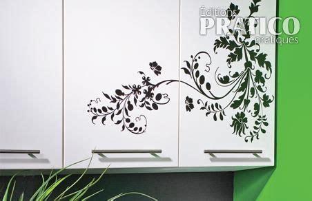 autocollant pour armoire de cuisine poser un autocollant décoratif en é décoration et