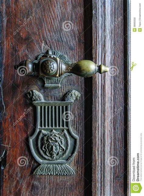 poign 233 e de porte de vintage sur la porte antique photo stock image 38905558