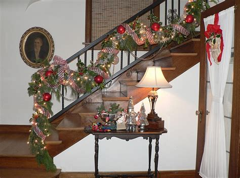 gorgeous christmas staircase decorating ideas