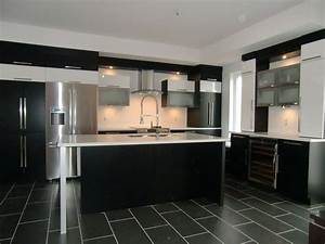 Armoire de cuisine moderne avec ilot comptoir corian for Photo de cuisine moderne