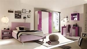 Trendiges schlafzimmer in lila hochglanz aus italien for Schlafzimmer lila weiß