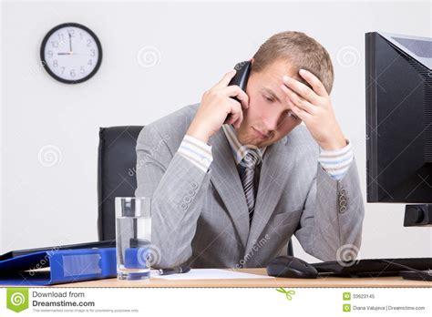 bureau homme d affaire homme d 39 affaires fatigué parlant au téléphone dans le
