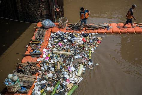 whats clogging jakartas waterways