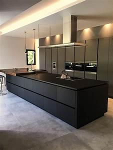 Cuisine en fenix contemporaine avec ilot noir dans for Idee deco cuisine avec cuisine contemporaine design