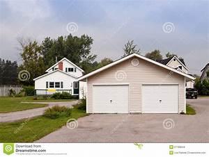 Grand Garage De Provence : maison de campagne avec un grand garage photo stock image 21188644 ~ Gottalentnigeria.com Avis de Voitures