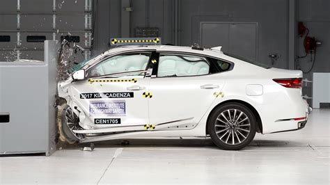 siege auto crash test 2017 kia cadenza gets top safety rating after iihs
