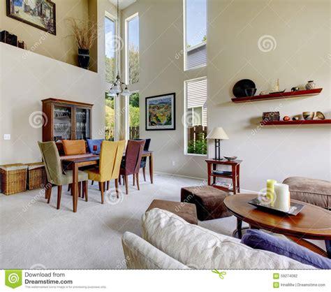 grand salon lumineux beige avec la table de salle 224 manger avec diff 233 rentes chaises de couleur