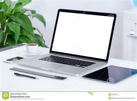 bureau pc portable espace de travail moderne de bureau avec le pc de comprim 233