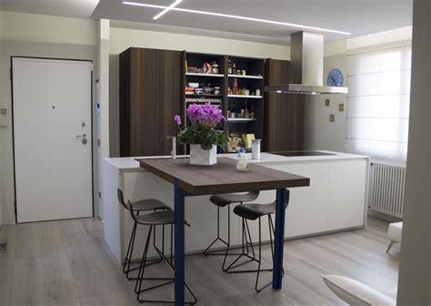 piano cottura sottotop cucina composta da una grande isola finitura ante laccato