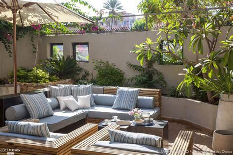salon exterieur sur terrasse ensoleillee avec parasol