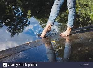 Geschirrspüler Wasser Bleibt Stehen : barfu frau in blue jeans auf einem pflaster am wasser stehen fu in wasser eintauchen ~ Frokenaadalensverden.com Haus und Dekorationen