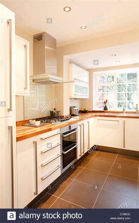 Moderne Weiße Küche Mit Holz Arbeitsplatten Und Geräten