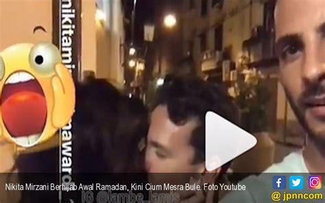 Nikita Mirzani Berhijab Awal Ramadan Kini Cium Mesra Bule