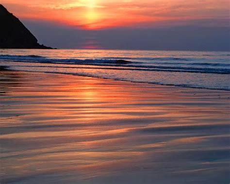 belles chambres le coucher du soleil romantique sur la plage photos à