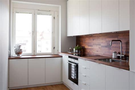 cuisine moderna cocina blanca con revestimiento de madera oscura