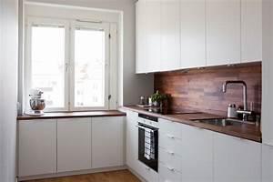 Cocina blanca con revestimiento de madera oscura Blog tienda decoración estilo nórdico