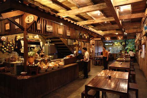 meja warung kopi 4 café di bandung dengan desain interior klasik mldspot