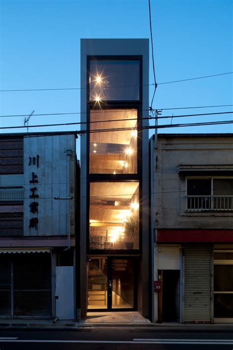 long  narrow house squeezed   buildings
