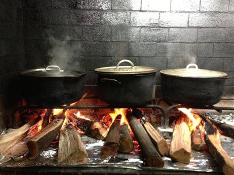 cuisiner au feu de bois cuisine créole au feu de bois photo de la bonne marmite