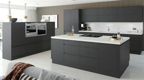 cuisine equipee grise cuisine gris anthracite 56 idées pour une cuisine chic