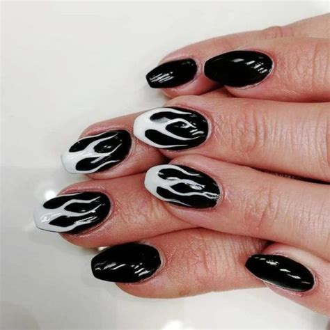 Te enseñamos cómo y podrás ver más de 30 las uñas de piel de serpiente son una opción cuando necesites llevar una uñas elegantes. Uñas negras 2020 - ModaEllas.com