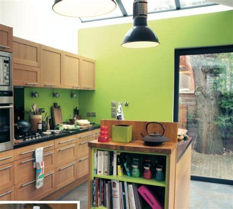 un mur coloré dans la cuisine vert anis bois cuisine