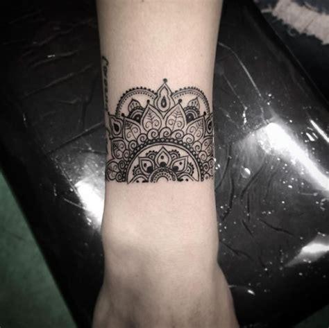 exemple tatouage bracelet demi mandala femme tatouage femme