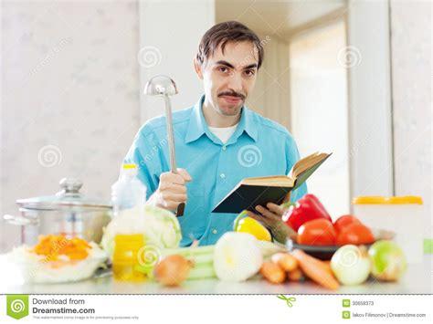 livre cuisine homme portrait de casserole et de livre de cuisine de poche de l