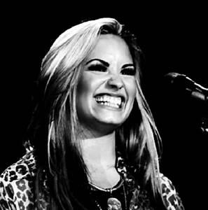Vevo e Demi Lovato liberam backstage da Neon Lights Tour