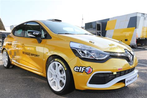 renault race cars renault announces first sales of new clio cup race cars