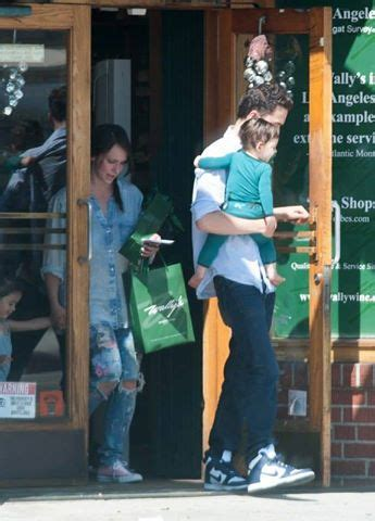 foto de Jennifer Love Hewitt out with her kids for shopping 01