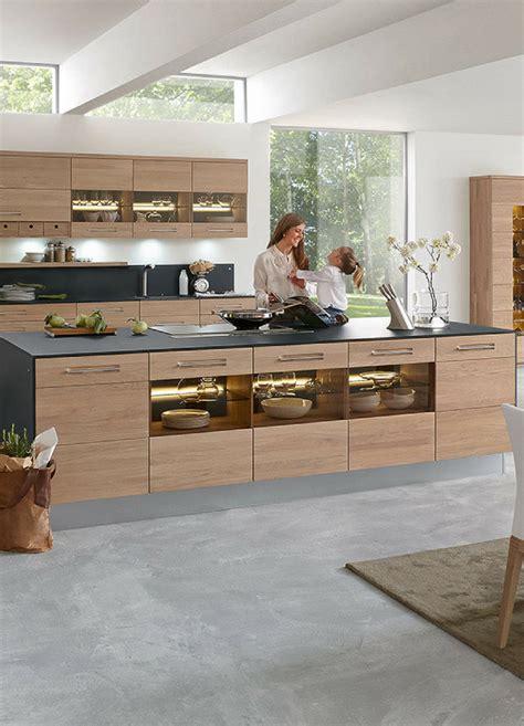 Moderne Küchen Mit Insel by Schlichte Holz K 252 Che Mit Kochinsel In Modernem Design