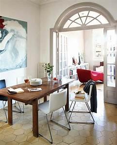 Chaise Moderne Avec Table Ancienne : salle manger minimaliste aux meubles de bois brut ~ Teatrodelosmanantiales.com Idées de Décoration