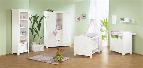 chambre bébé en sapin massif avec grande armoire