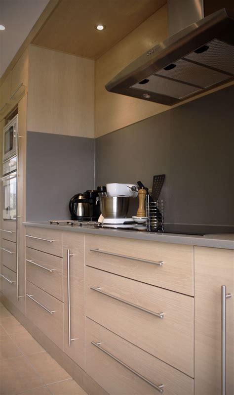 cuisine grise plan de travail blanc cuisine en chêne brossé blanchi plan de travail en kerrock gris clair atelier bois création